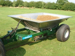 Shelton 3 tonne fast flow gravel hopper in operation