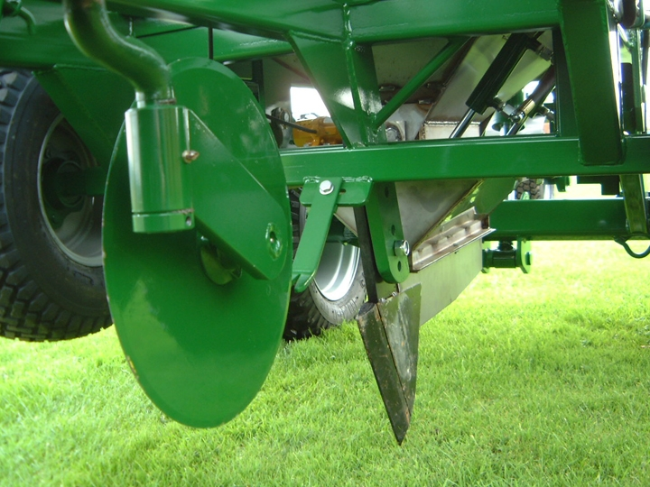 Shelton 3 tonne gravel band drainer close up of coulter disc and cutting blade